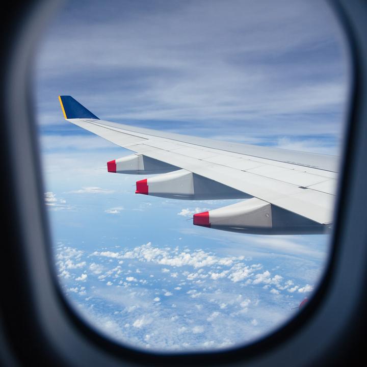 快適な空の旅を提供するキャビンアテンダント